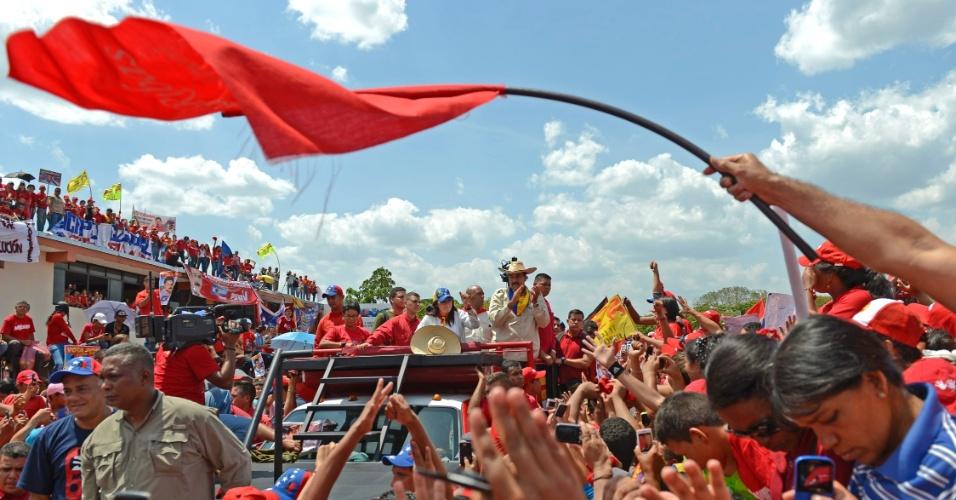 5.abr.2013 - O presidente interino e candidato à eleição para a presidência venezuelana Nicolás Maduro (no centro da foto, de chapéu) cumprimenta simpatizantes durante comício de campanha em São Carlos, no estado de Cojedes. Maduro disputa com o líder oposicionista, Henrique Capriles, a sucessão de Chávez