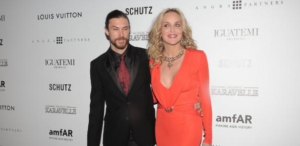 Sharon Stone chega à 3ª edição do baile de gala da amfAR no Brasil acompanhada do namorado, oa rgentino Martin Mica