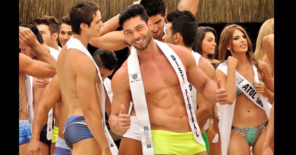 Candidatos se preparam para desfilar de sunga durante a prova de Beach Hunk do Mister Brasil 2013