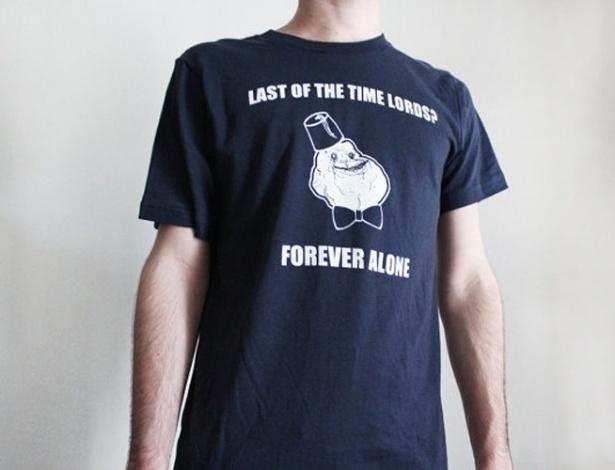 Essa camiseta do meme Forever Alone da AndroidSheepFTW é vendida na loja online Etsy. Custa US$ 15 (cerca de R$ 30)