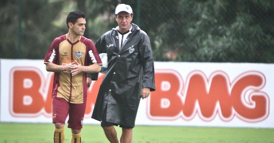 Josué e Cuca durante treino do Atlético-MG na Cidade do Galo (5/4/2013)