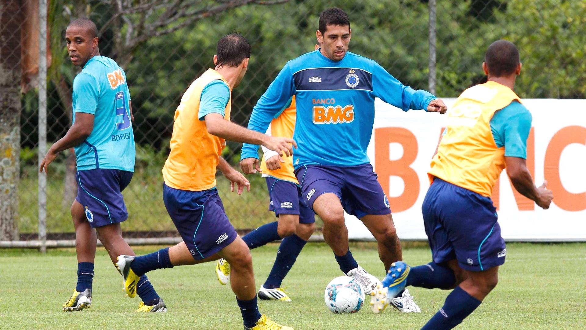 Meia Diego Souza, do Cruzeiro, participa de treino na Toca da Raposa II (5/4/2013)