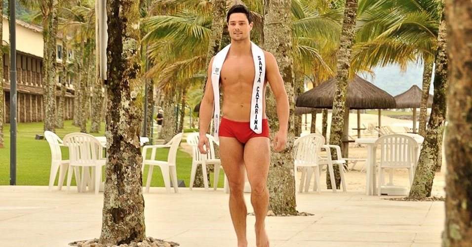 Mister Santa Catarina desfila de sunguinha no Portobello Safari e Resort, em Mangaratiba, no Rio de Janeiro