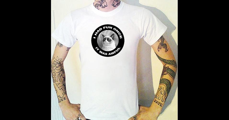 O meme Grumpy Cat, gata que tem essa carinha de mal-humorada, virou tema para essa camiseta do Bugsponge, na loja online Etsy. ''Eu me diverti uma vez. E foi horrível.'' Custa 12,50 libras (cerca de R$ 39)