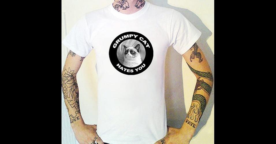 O meme Grumpy Cat, gata que tem essa carinha de mal-humorada, virou tema para essa camiseta do Bugsponge, na loja online Etsy. ''Grumpy Cat te odeia.'' Custa 12,50 libras (cerca de R$ 39)