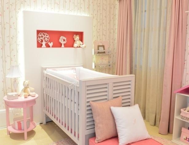 A arquiteta Silvana Lara Nogueira usou tons de pink, cinza e rosa no quarto que criou para a Mostra Q&E. Atrás do berço, um painel com iluminação por fita de LED dá destaque ao móvel