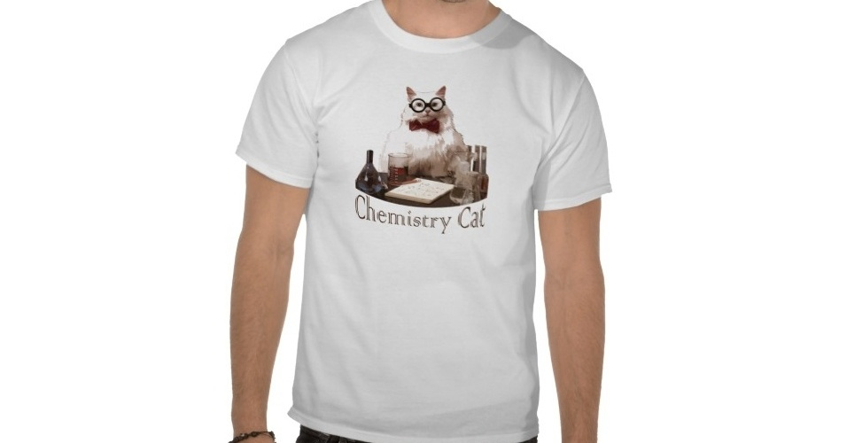 Tem at&#233; camiseta com meme Chemistry Cat, usado em piadas com os s&#237;mbolos de elementos qu&#237;micos. Do Zazzle, R$ 33,65