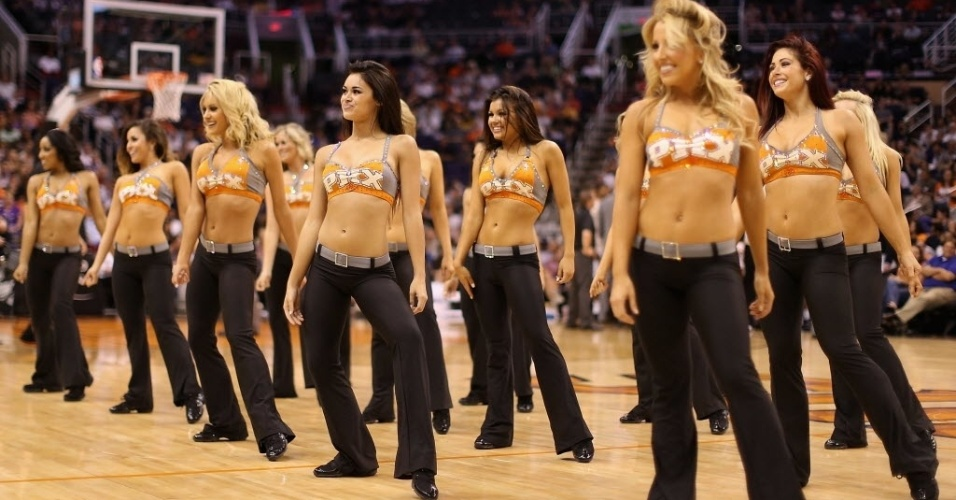 05.abr.2013 - Cheerleaders do Phoenix Suns se preparam para apresentação na partida da equipe contra o Golden State Warriors