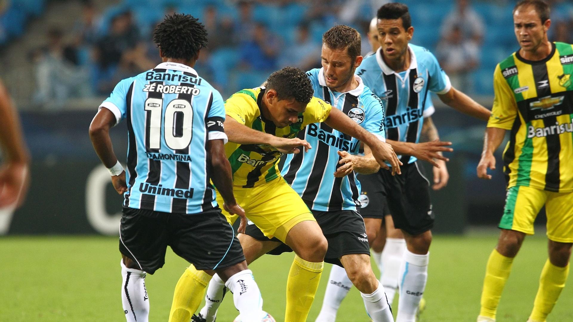06.abr.2013 - Meia Zé Roberto (10), do Grêmio, se dedica à marcação durante a partida contra o Cerâmica, pelo Campeonato Gaúcho