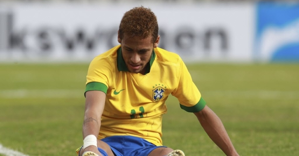 06.abr.2013 - Neymar fica cado no cho durante amistoso entre Brasil e Bolvia, em Santa Cruz de la Sierra