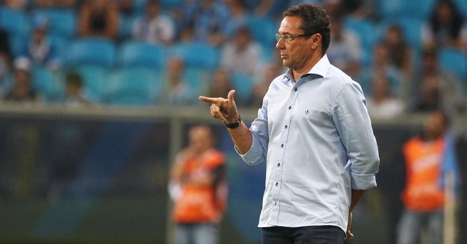 06.abr.2013 - Técnico Vanderlei Luxemburgo, do Grêmio, comanda o time durante a partida contra o Cerâmica, pelo Campeonato Gaúcho