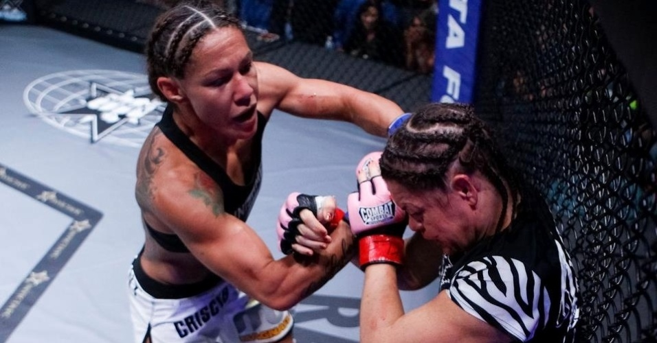 06.abr.2013- Cris Cyborg  encurrala Fiona Muxlow em luta do Invicta FC 5
