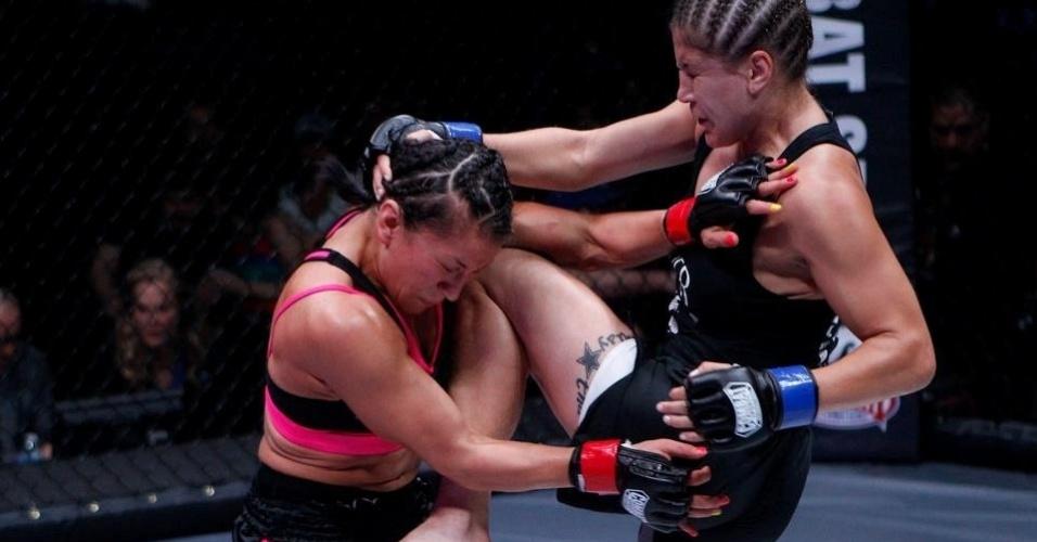 06.abr.2013-  Jennifer Maia dá joelhada em Zoila Frausto Gurgel durante luta no Invicta 5