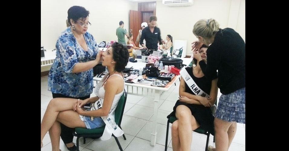 6.abr.2013 - E dá-lhe preparação! As candidatas do Miss Brasil World 2013 ficaram a tarde toda de sábado fazendo cabelo e maquiagem para a final do concurso