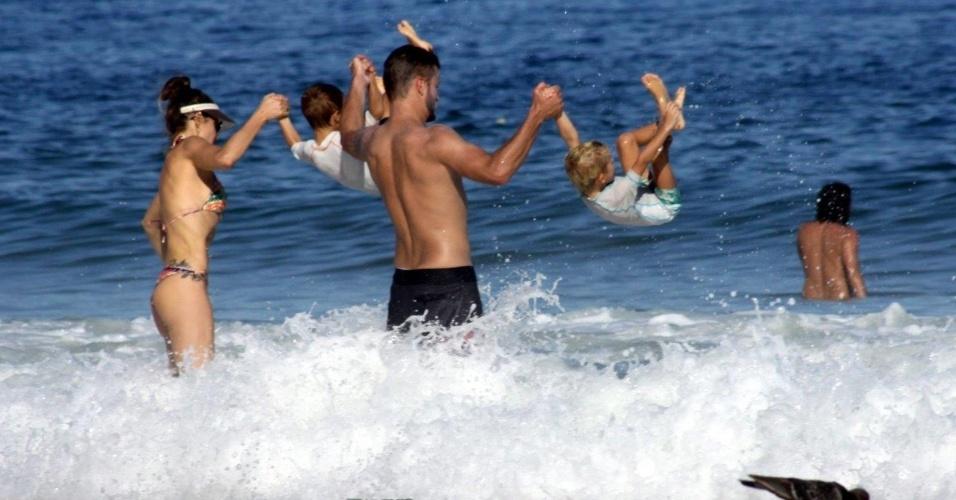 6.abr.2013 - Fernanda Lima e Rodrigo Hilbert divertem-se com os filhos João e Francisco na praia do Leblon, na zona sul do Rio