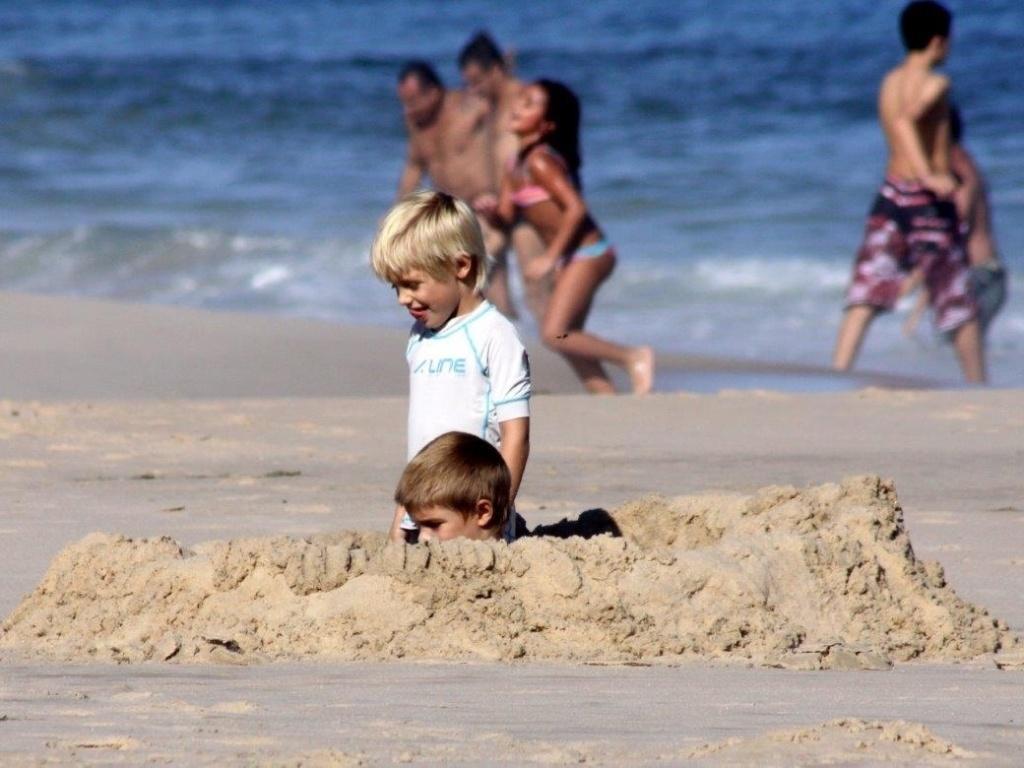 6.abr.2013 - João e Francisco, filhos de Fernanda Lima e Rodrigo Hilbert, brincam na praia do Leblon, na zona sul do Rio
