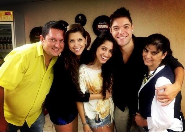 6.abr.2013 - Nasser posa ao lado de Andressa e da família da paranaense