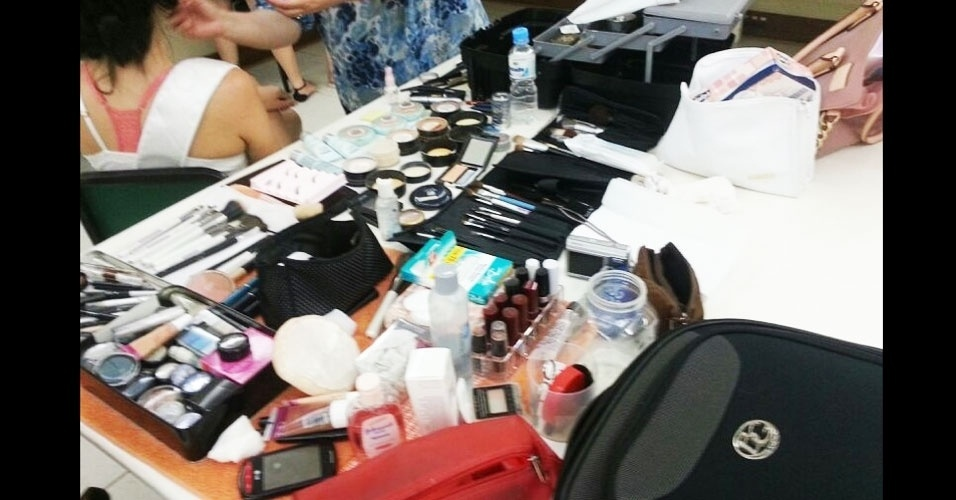 6.abr.2013 - O volume de maquiagem usado para preparar as candidatas pode ser comparado à quantidade de beleza por metro quadrado da competição!