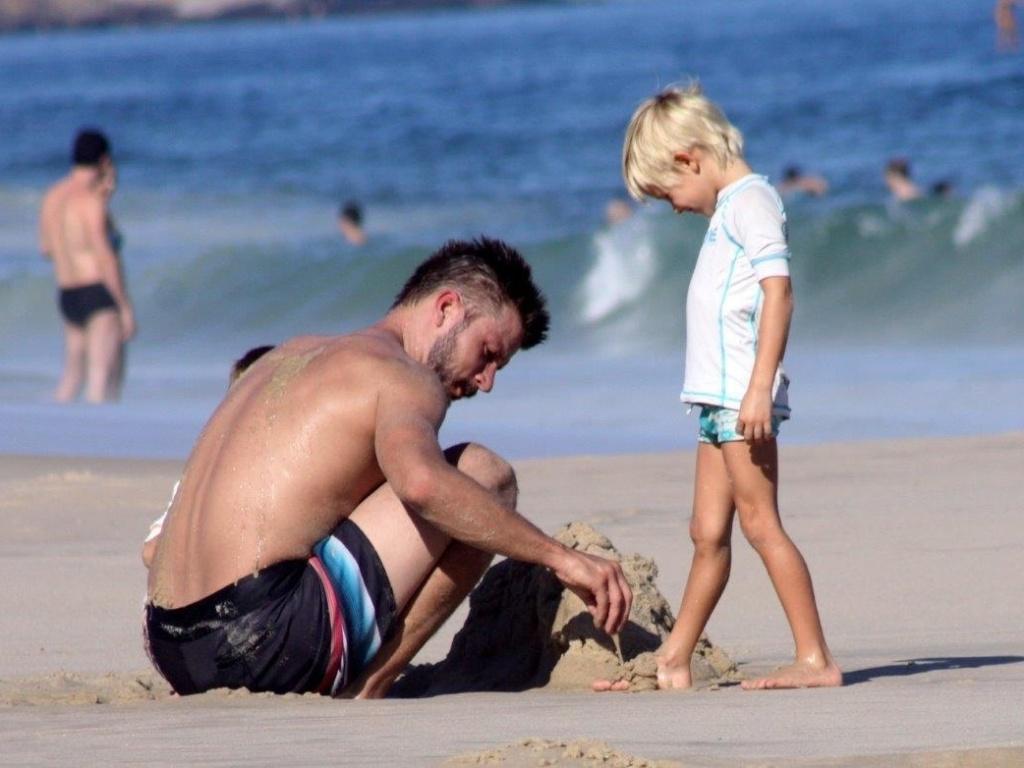 6.abr.2013 - Rodrigo Hilbert brinca com os filhos João e Francisco na praia do Leblon, na zona sul do Rio