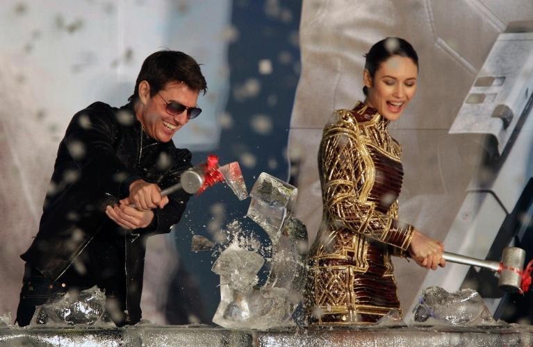 """6.abril.2013 - Olga Kurylenko e Tom Cruise quebram uma escultura de gelo na première de """"Oblivion"""" em Taipei, Taiwan"""