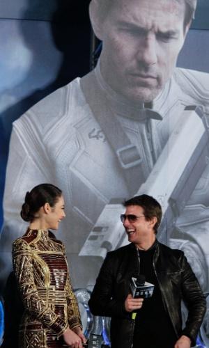 """6.abril.2013 - Olga Kurylenko e Tom Cruise se divertem durante a première de """"Oblivion"""" em Taipei, Taiwan"""