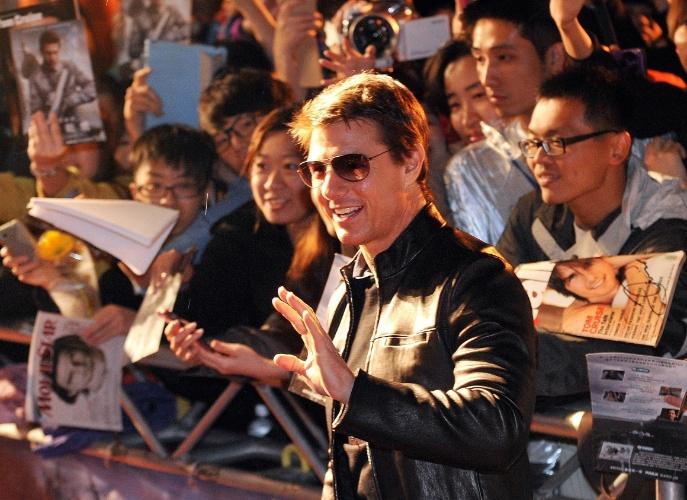 """6.abril.2013 - Tom Cruise acena para fãs ao chegar para a première de """"Oblivion"""" em Taipei, Taiwan"""