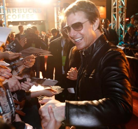 """6.abril.2013 - Tom Cruise aperta mão de fã e dá autógrafos na première de """"Oblivion"""" em Taipei, Taiwan"""