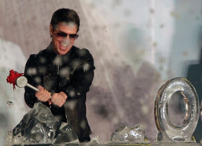 """6.abril.2013 - Tom Cruise se diverte quebrando uma escultura de gelo na première de """"Oblivion"""" em Taipei, Taiwan"""