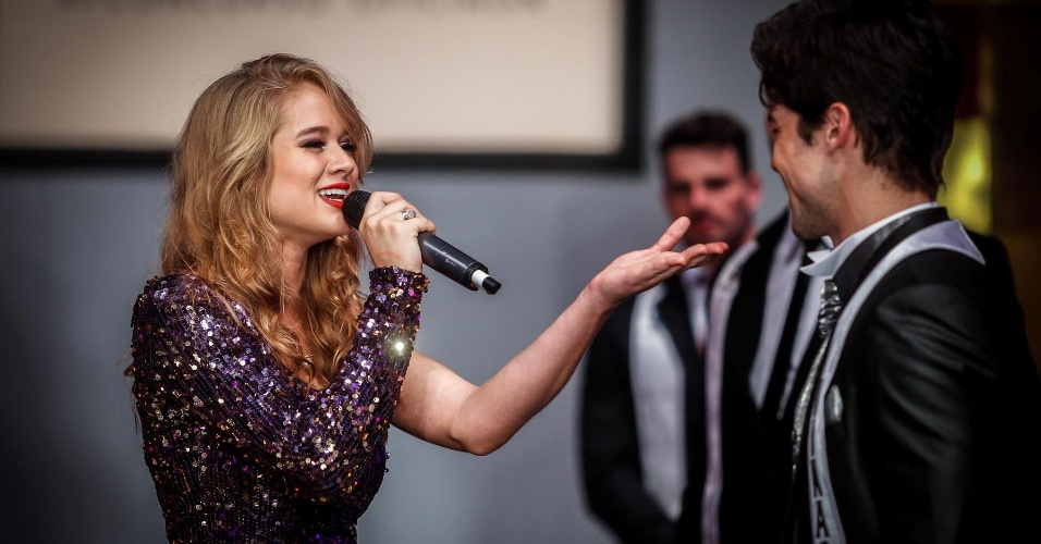 """A miss Karine Barros fez uma apresentação durante o concurso e cantou a música tema dos filmes da saga """"Crepúsculo"""""""