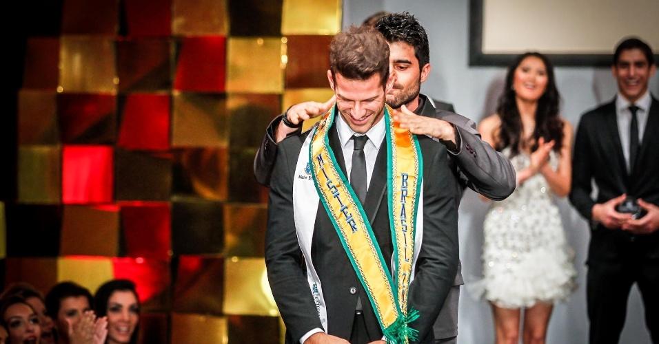 E então, William Rech colocou a faixa de Mister Brasil 2013 sobre os ombros do Mister Ilhas do Delta do Jacuí, Reinaldo Dalcin
