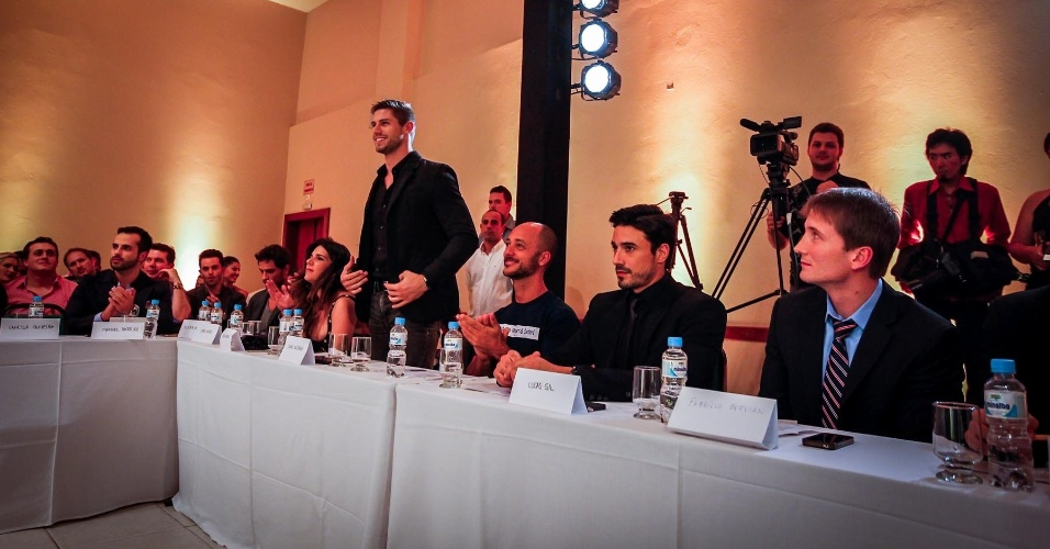 Outros componentes do júri foram o Mister Brasil 2010 e ex-BBB Jonas Sulzbach (de pé) e o Mister Brasil 2007, Lucas Gil (segundo a partir da dir.)