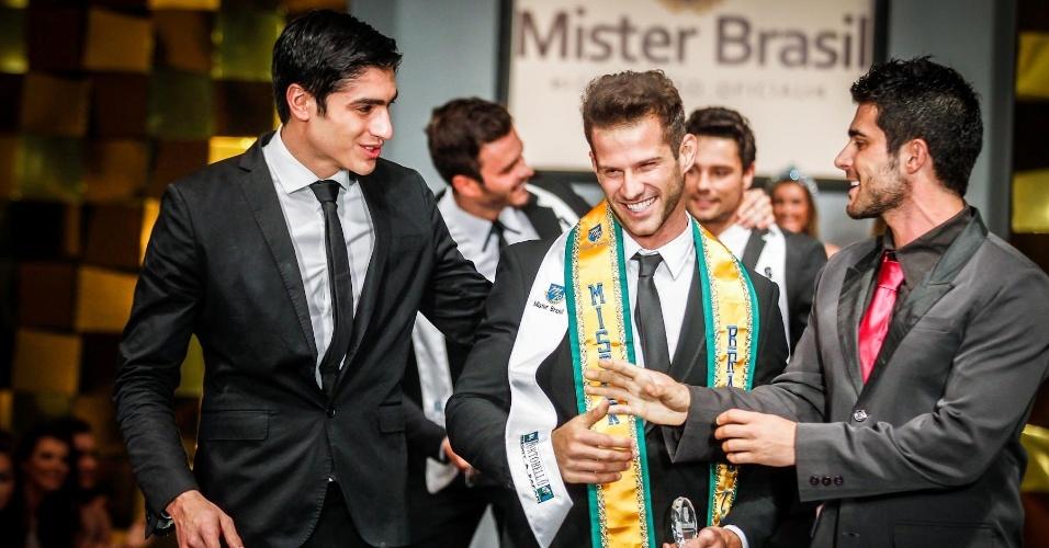 Reinaldo Dalcin, já como Mister Brasil 2013 (centro), se posiciona entre o Mister Mundo 2012, Francisco Escobar (esq.), e o Mister Brasil 2012, William Rech. Parabéns!
