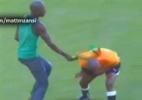 Na África do Sul: Torcedor ataca  o árbitro com vuvuzela; assista