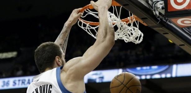 06.abr.2013 - O montenegrino Nikola Pekovic enterra na vitória dos Wolves sobre o Detroi Pistons