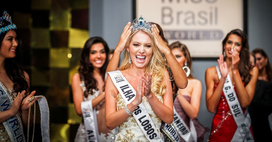 07.abr.2013 - A Miss Brasil World 2012, Mariana Notarangelo, coroa Sancler Frantz, a representante de Ilha dos Lobos, a Miss Brasil World 2013