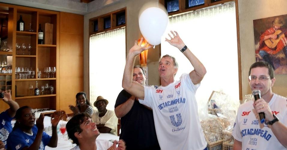 07.abr.2013 - Bernadinho levanta bexiga durante comemoração do título, que aconteceu em uma churrascaria na cidade de São Paulo