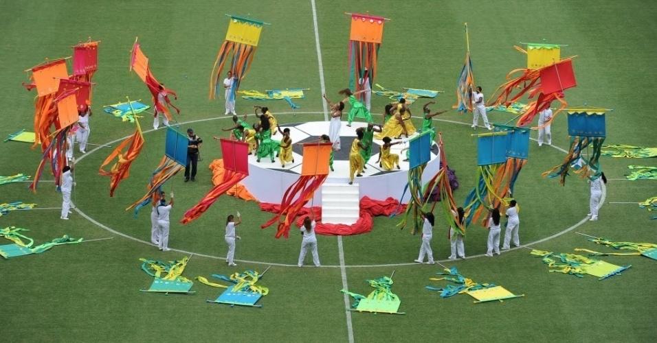 07.abr.2013 - Festa na inauguração da Arena Fonte Nova começou antes do apito inicial