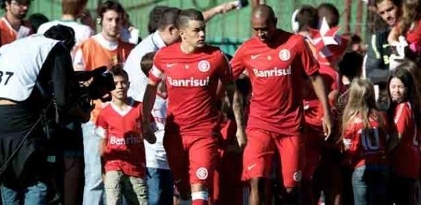 07.abr.2013 - Meia D'Alessandro, do Internacional, entra em campo para a partida contra o Veranópolis, pelo Campeonato Gaúcho