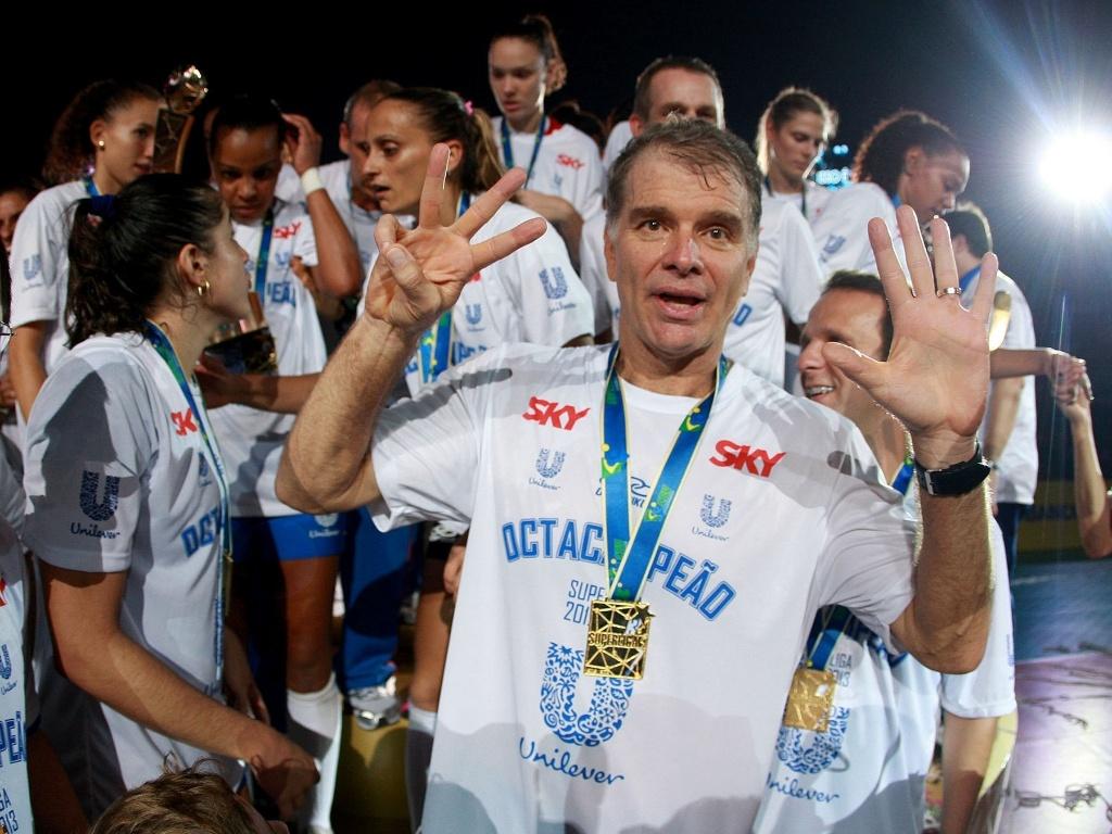 07.abr.2013- Após ganhaer medalha de ouro, Bernardinho faz sinal de que o Unilever é Octacampeão da Superliga