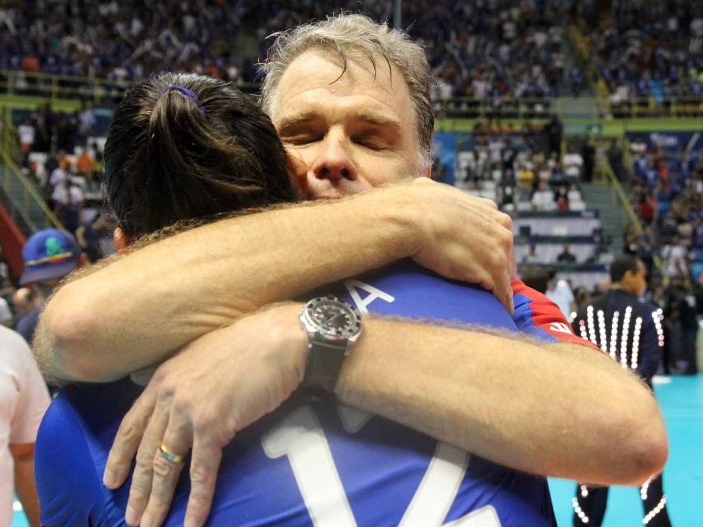 07.abr.2013- Bernardinho abraça Natália após a vitória do Unilever sobre o Sollys/Nestlé na final da Superliga Feminina