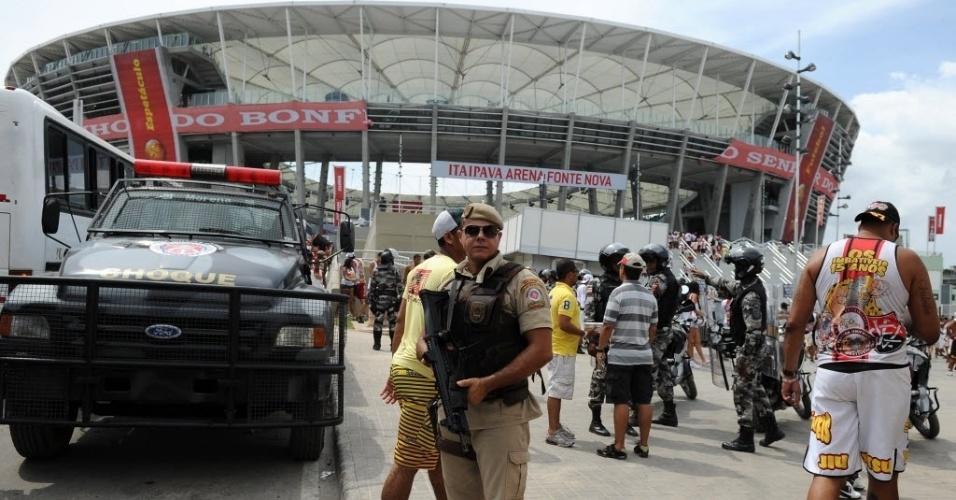 07.abr.2013 - Policiais fazem a segurança dos torcedores antes do clássico entre Bahia e Vitória, na inauguração da Arena Fonte Nova