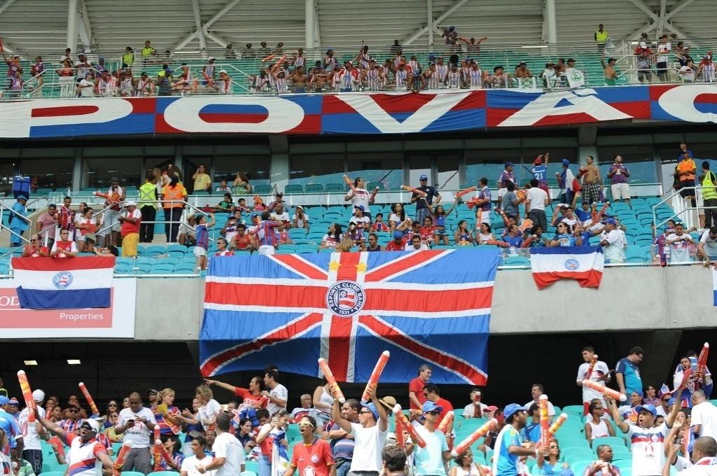 07.abr.2013 - Torcida do Bahia começa a encher a Arena Fonte Nova para o clássico contra o Vitória