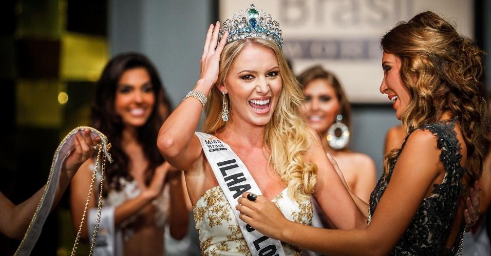 6.abr.2013 - Sancler aproveita seu primeiro momento como a Miss Brasil World 2013