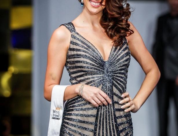 6.abr.2013 - As candidadatas também desfilaram em traje de gala. Na foto, a Miss Ilha do Mel, que está no TOP 16