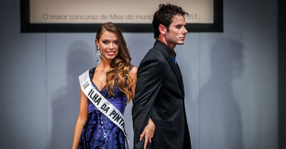 6.abr.2013 - As candidadatas também desfilaram em traje de gala. Na foto, a Miss Ilha da Pintada, que está no TOP 16