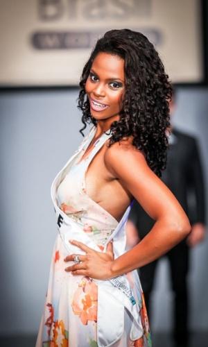 6.abr.2013 - As candidadatas também desfilaram em traje de gala. Na foto, a Miss Acre, que está no TOP 16