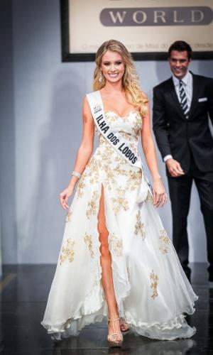 6.abr.2013 - As candidadatas também desfilaram em traje de gala. Na foto a Miss Ilha dos Lobos, Sancler Frantz