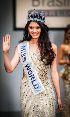 6.abr.2013 - A Miss Mundo 2012, a chinesa Wenxia Yu, foi prestigiar a final do Miss Brasil World 2013 e fez um desfile especial para os presentes