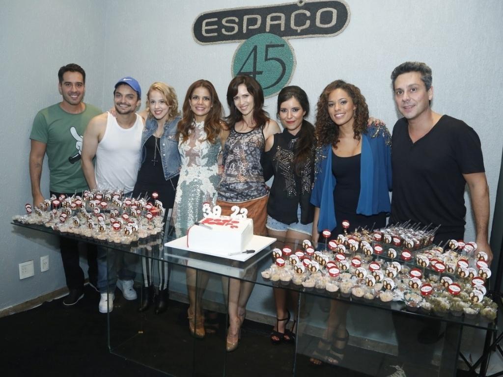 6.abril.2013 - Nívea Stelmann e a escritora Lua Veiga posam ao lado dos amigos na festa de 39 anos da atriz