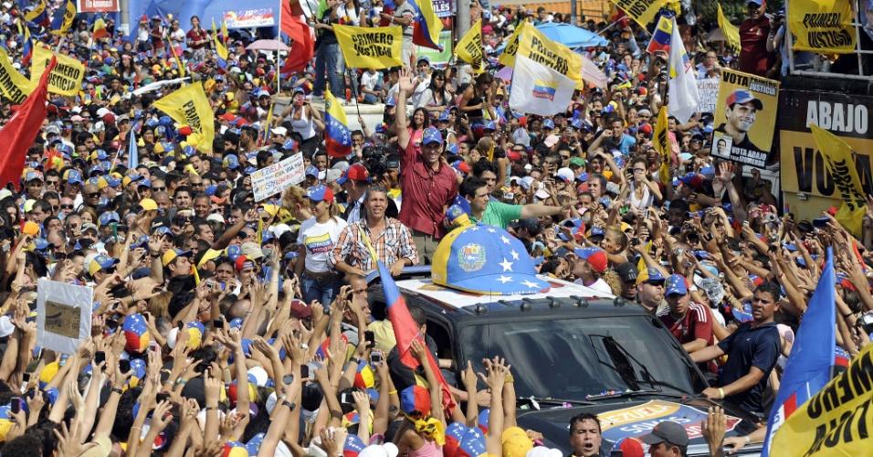 7.abr.2013 - Henrique Capriles passa em carro em meio a multidão durnate passeata em Caracas, na Venezuela, neste domingo (7). Um grande comício de campanha do candidato da oposição à presidência da Venezuela toma as ruas de Caracas neste domingo (7). As eleições presidenciais venezuelanas ocorrem no dia 14 de abril